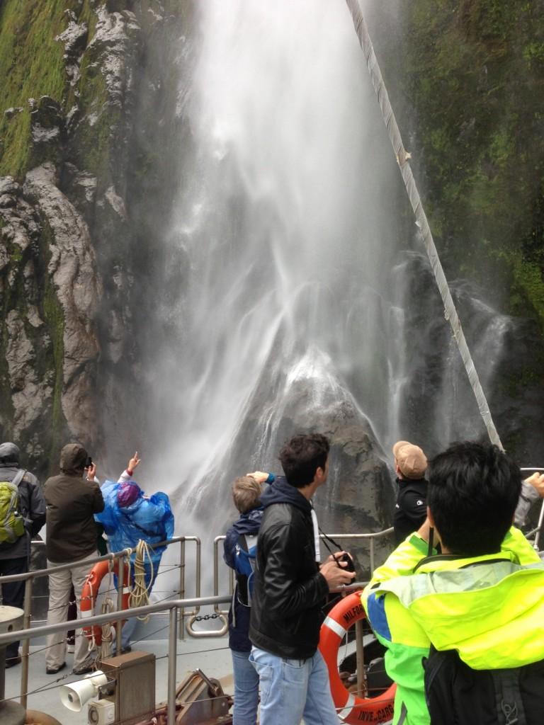 Blick vom Schiff auf Wasserfall