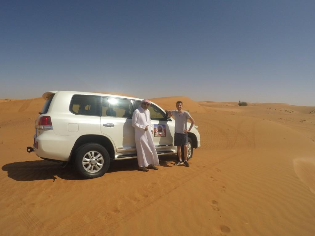 Guide vor Auto in Dubais Wüste
