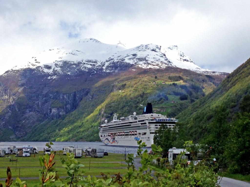 Kreuzfahrtschiff vor Berg