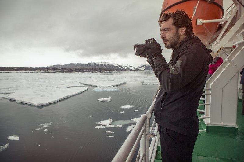 Fotograf auf Schiffsdeck