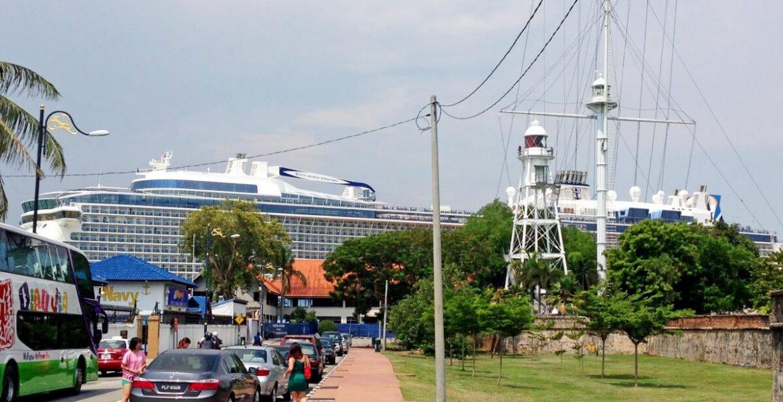Kreuzfahrtschiff und Autos in Penang